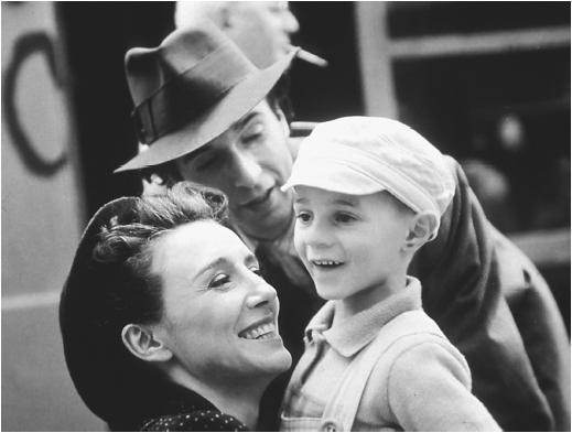 Roberto Benigni (center) with Nicoletta Braschi and Giorgio Cantarini in Life in Beautiful